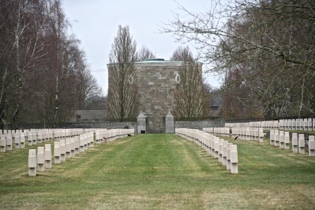 Gräberreihe mit Blick auf die Gedächtnishalle